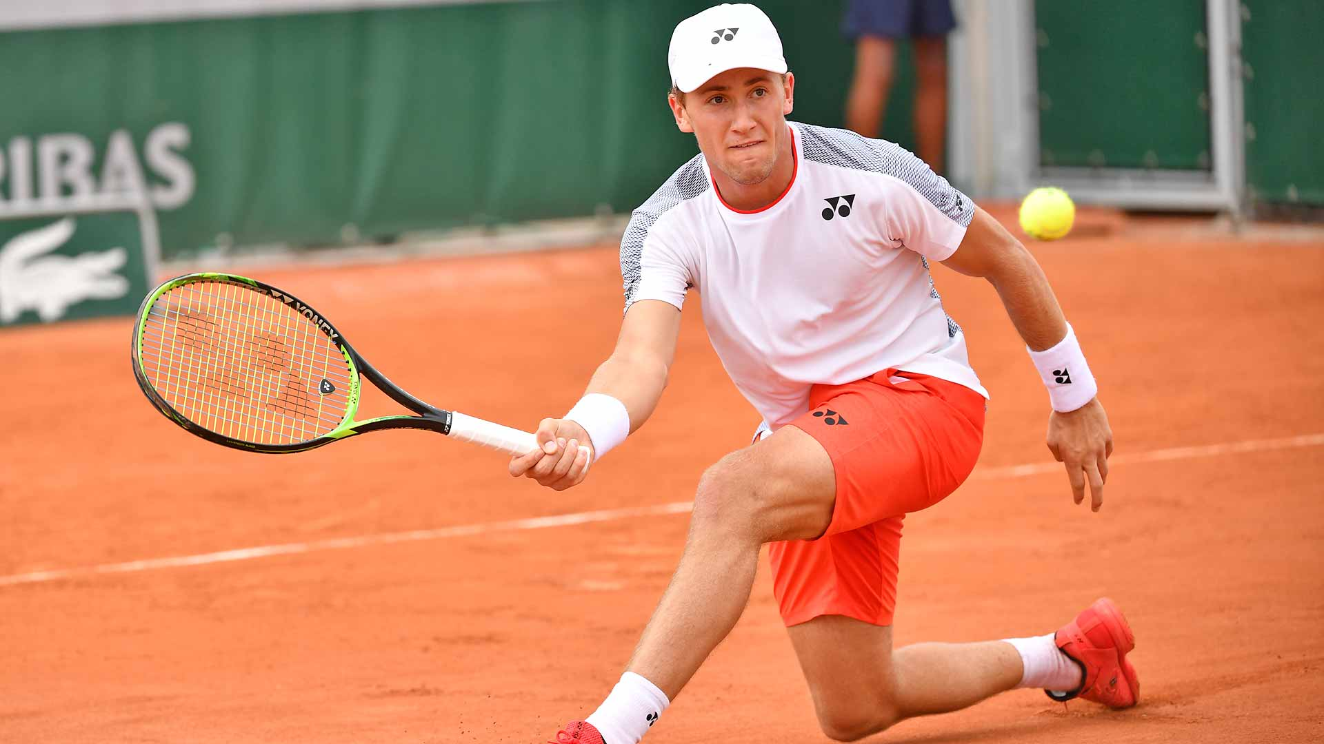 Casper Ruud slices a forehand at Roland Garros